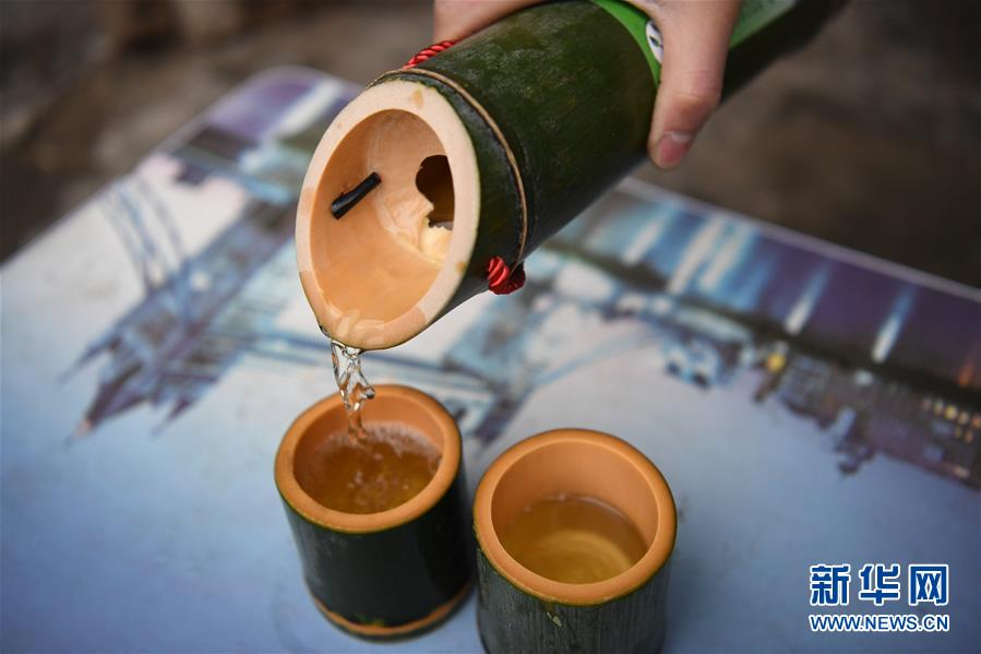 Schnaps-aus Bambusrohr-Flasche-mit-Becher-Glas-aus Bambus.jpg