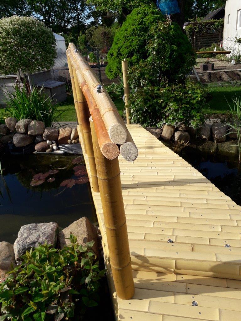 Bambusbrücke mit Bambusboden und Geländer aus Rattanstäben