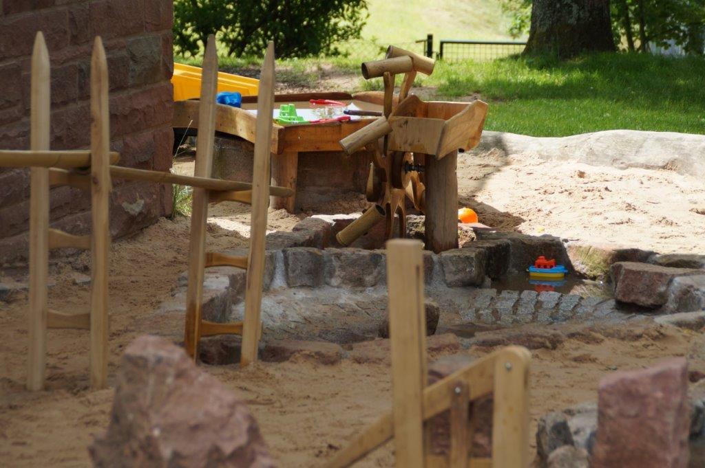 WASSERSPIEL aus Holz und Bambus zum Spielen mit Sand und Wasser