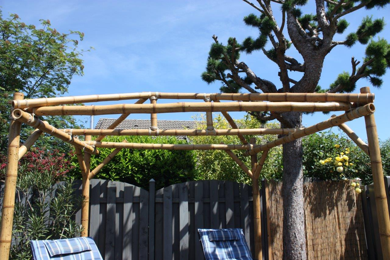 Bambuskonstruktion über Holzdeck