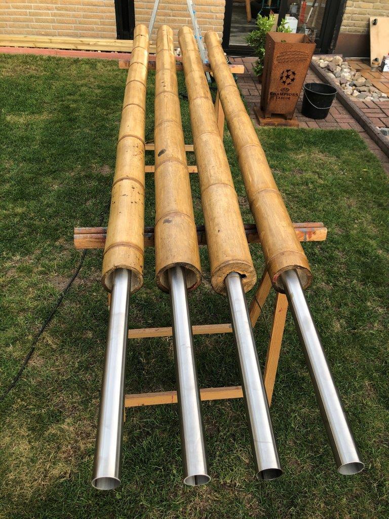 Bambusstützen mit Bodenankern aus Stahlrohr