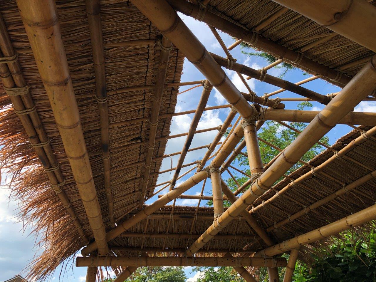 Grasdach auf Bambusdach über Terrasse
